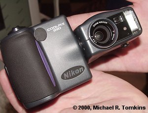 Nikon Coolpix 990 Front View - click for a bigger picture!
