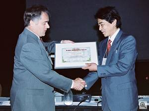 Tetsuo Yamada (right) of Fuji Photo Film, Ltd. accepts the Walter Kosonocky Award from Dr. Albert Theuwissen of Philips Semiconductors. Courtesy of Fujifilm. Click for a bigger picture!