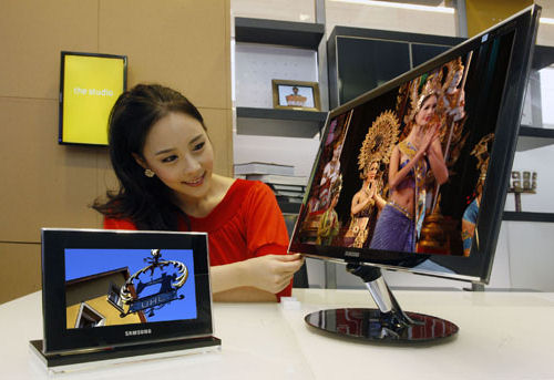 Samsung's 700Z OLED photo frame (left) and SyncMaster PX2370 LED monitor (right). Photo provided by Samsung.