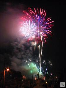 July 4th 2001 fireworks at Chilhowee Park, Knoxville TN. Copyright (c) 2001, Michael R. Tomkins, all rights reserved. Click for a bigger picture!