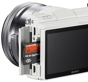 Sony A5000 review -- card slot