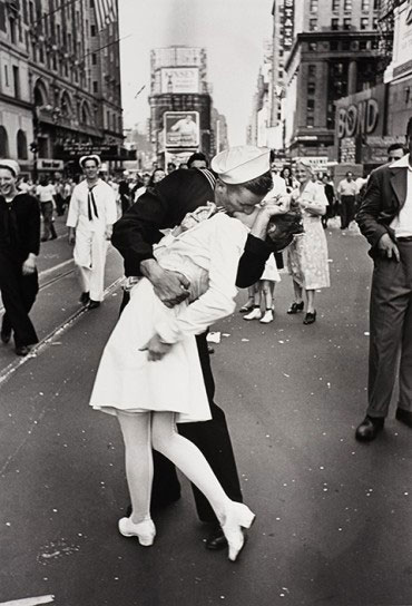 sold signed print of eisenstaedt s kiss in times square and